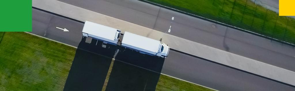 Ciężarówka na drodze z lotu ptaka