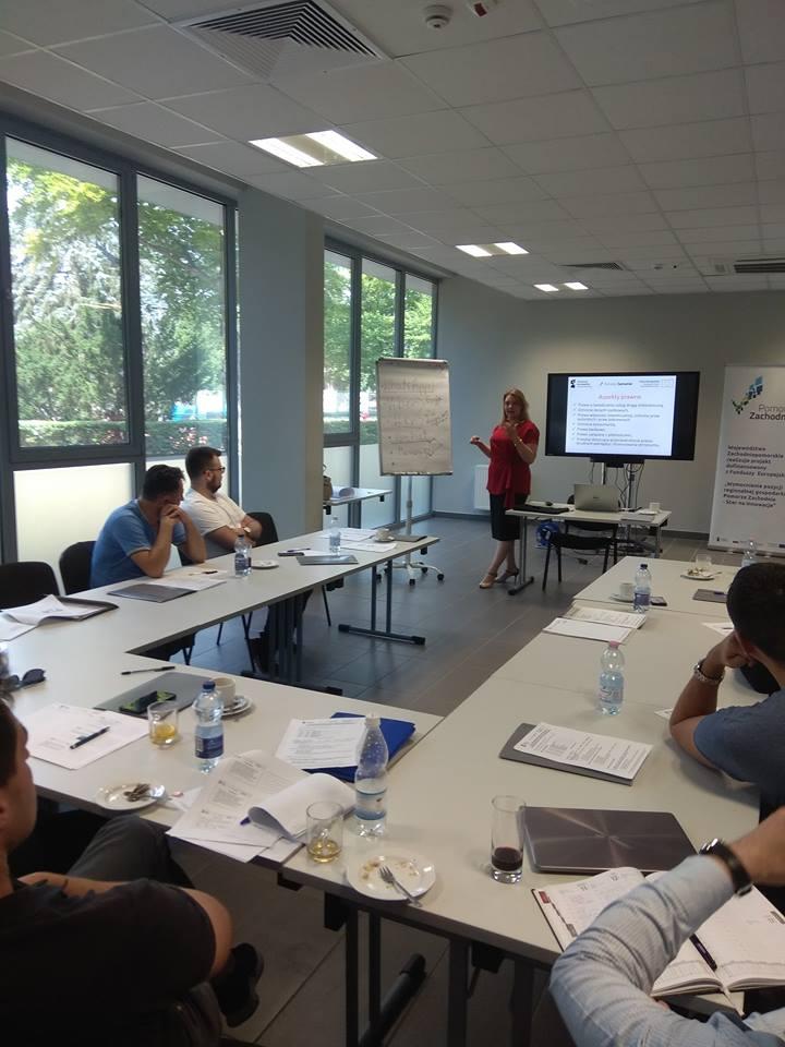 zdjęcie ze szkolenia, na zdjęciu sala konferencyjna, prowadzący i uczestnicy